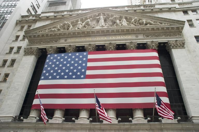 This is a picture of an American flag on a stock exchange building that symbolizes a Insider Trade Bounty Action Lawyer.
